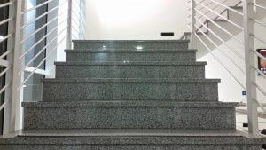 Die Treppenhausreinigung wird Ihre Gäste gleich im ersten Moment beeindrucken. Ein sauberes Treppenhaus ist wie die Visitenkarte für Ihre Wohnung. Sorgen Sie mit der regelmäßigen Reinigung des Treppenhauses für einen positiven ersten Eindruck.